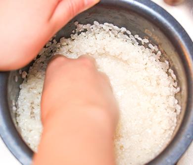 02 お米を洗う